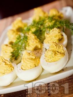 Фаршировани (пълнени) яйца с авокадо, майонеза и горчица - снимка на рецептата